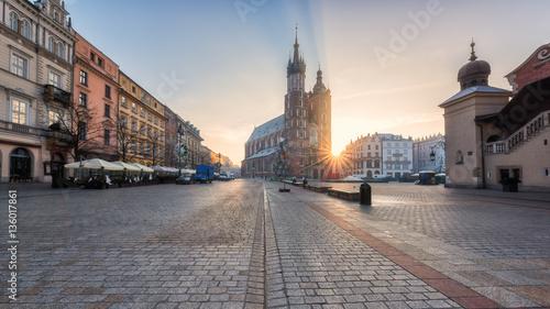 Panorama zespołu architektonicznego Krakowa, wschód słońca nad starówką Rynek z kościołem Mariackim (katedra Mariacka), Sukiennice i kolorowe budynki, Polska, Europa