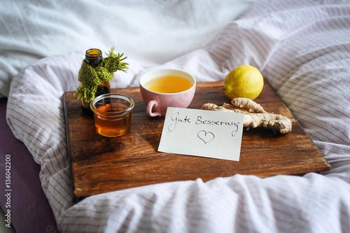 Alternative Hausmittel wie Tee, Honig, Ingwer zur Besserung von Erkältungskrankh Poster