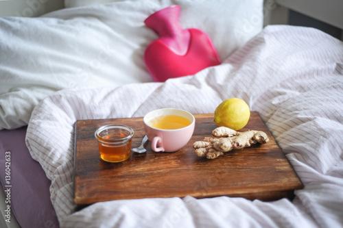 Foto Murales Verwöhnen bei Krankheit mit alternativen Hausmitteln wie Tee, Ingwer und Wärmflasche