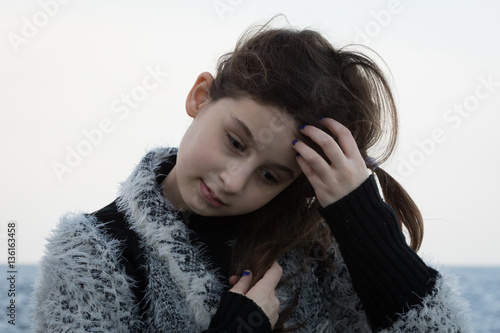 Poster La bambina che riflette a testa bassa