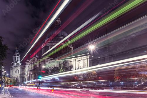 st-paul-39-s-cathedral-w-londynie-w-nocy-z-ruchu-samochodowego