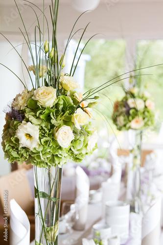 Gamesageddon Hochzeit Tisch Dekorationen Mit Blumen In Hohen Vasen