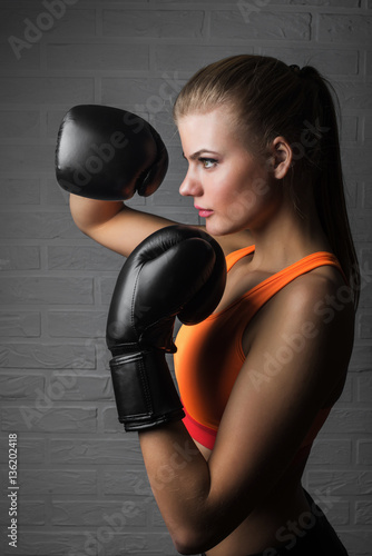 Póster beautiful woman with the black boxing gloves