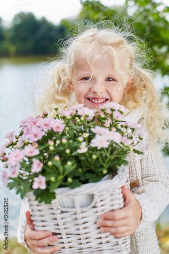 Blondes Mädchen hilft bei Gartenarbeit