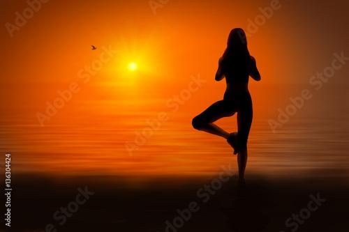 In de dag Ochtendgloren Silhouette of woman doing yoga at sunset