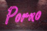 Leuchtreklame Porno an Ziegelsteinmauer