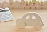自動車と電卓 街並 - 136393001