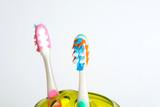 Zwei bunte Zahnbürsten