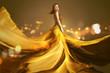 Frau mit langem goldenen Kleid