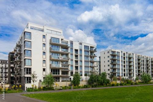 mata magnetyczna modern apartment building exterior