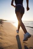 femme sportive qui court sur la plage