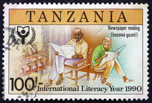 Deurstickers Zanzibar Postage stamp Tanzania 1991 Reading newspapers