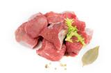 morceaux de viande de boeuf cru à bourguignon sur fond blanc