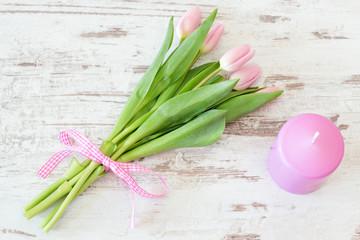 Tulpen mit Kerze in Rosa