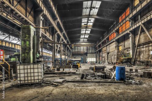 Fotobehang Oude verlaten gebouwen Large abandoned industrial hall