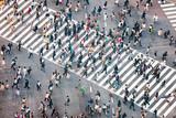 Fußgänger überqueren eine Straßenkreuzung in Tokyo, Japan - 136677864