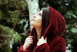 Profilo di ragazza con cappuccio in pelliccia rossa