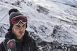 Hombre guapo con esquí en la sierra nevada