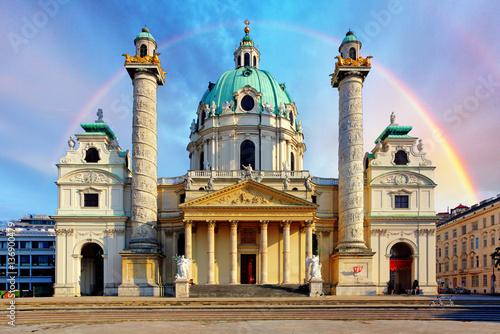 In de dag Wenen St. Charles's Church, Karlskirche in Vienna, Austria at sunrise