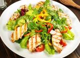 Gemischter Salat mit Hähnchenbrust - 136957431