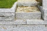 Stufen aus Naturstein im Gartenbereich