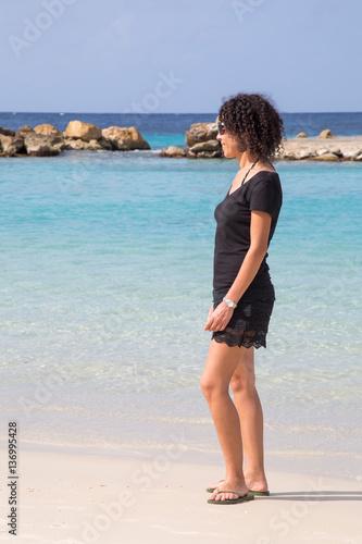 Poster Junge Frau mit Blick aufs türkisblaue Meer