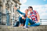 Touristen, Frau und Mann, genießen den Ausblick von einer Brücke auf der Museumsinsel in Berlin
