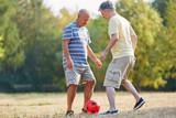 Senioren als Freunde spielen Fußball