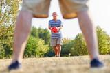 Zwei aktive Senioren spielen Fußball