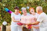Senioren gratulieren mit Geschenk