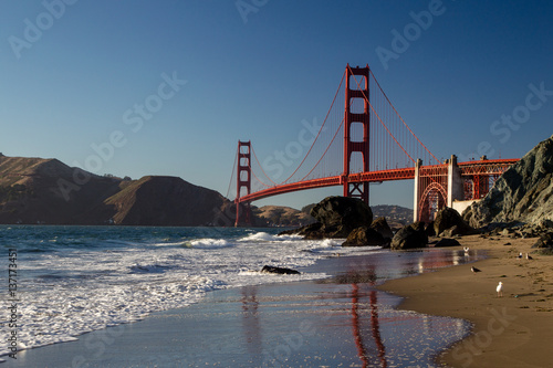 Poster Blick von Marshalls Beach auf die Golden Gate Bridge im Abendlicht in San Francisco, Kalifornien, USA