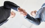 Geschäftsleute machen Business Handschlag