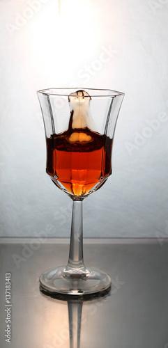 wino-rozpryskiwania-w-szklance