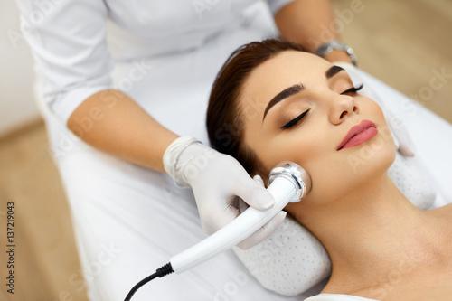 Pielęgnacja ciała. Kobieta odbiera analizę skóry twarzy. Kosmetyka