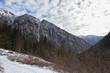 Panorama di una vallata di montagna innevata
