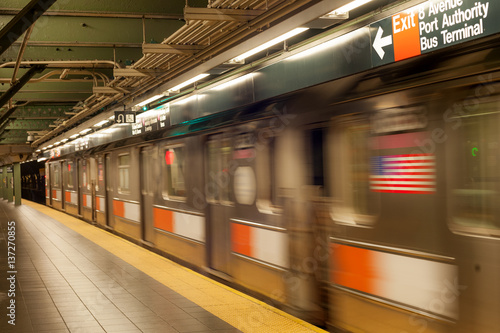 Foto Murales New York City subway platform with directions to Port Authority bus terminal