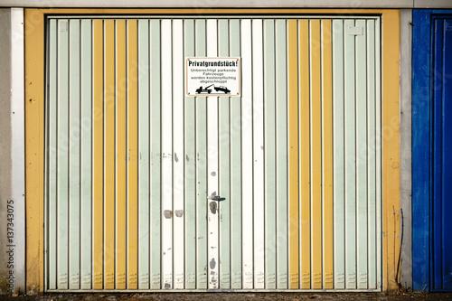Wonderful Vintage Garagentor / Ein Markantes Garagentor Aus Blechleisten Und  Verwaschener Farbe Poster