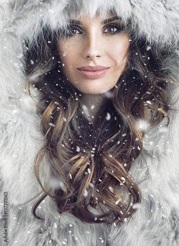 Foto op Plexiglas Artist KB Portrait of an attractive brunette woman