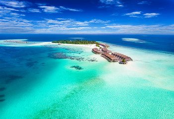 Panorama einer Insel auf den Malediven im Süd Ari Atoll mit türkisem Wasser