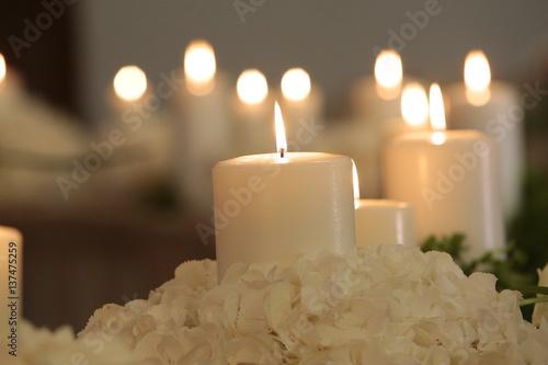Poster candela in primo piano con sfondo altre candele