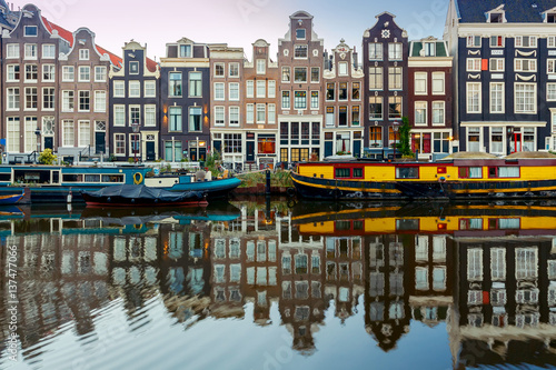 Foto op Plexiglas Amsterdam Amsterdam. City Canal at dawn.