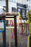 Straßencafe mit bunten Stühlen