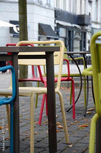 Fotobehang Antwerpen Straßencafe mit bunten Stühlen