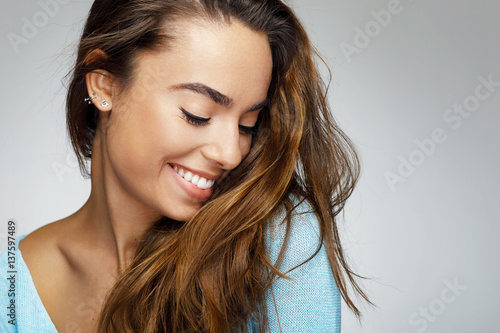 Foto Murales Portrait of a young woman with a beautiful smile
