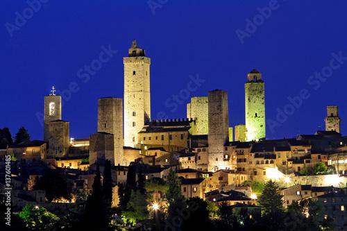 Plagát View of San Gimignano at night, Tuscany, Italy