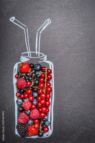 kreda-malowana-butelka-ze-swiezymi-roznymi-jagodami-dla