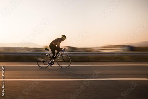Jeździec rowerowy jeździ szybko.