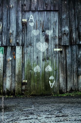 Stare drewniane drzwi. Karta do gry.