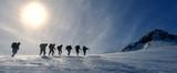kış yürüyüş grubu & dağların zirvesinde yürümek