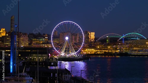 Foto op Aluminium New York Seattle, WA - January 30, 2017. The light of downtown Seattle at night. Port of Seattle. Skyscrapers on a background of blue sky. Pier 66. City landscape video. 4K, 3840*2160, high bit rate, UHD